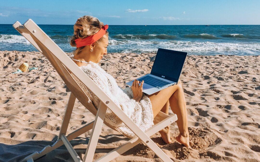 Polacy pracują nawet na urlopie