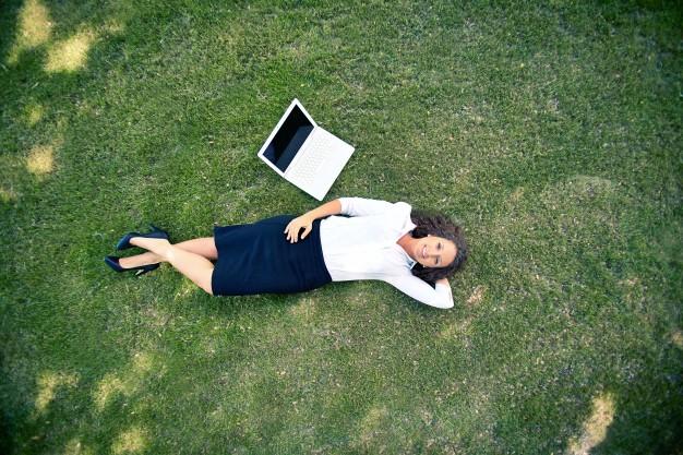 Przygotuj się do pracy w okresie wakacji – 5 najczęstszych błędów podczas pracy zdalnej i hybrydowej